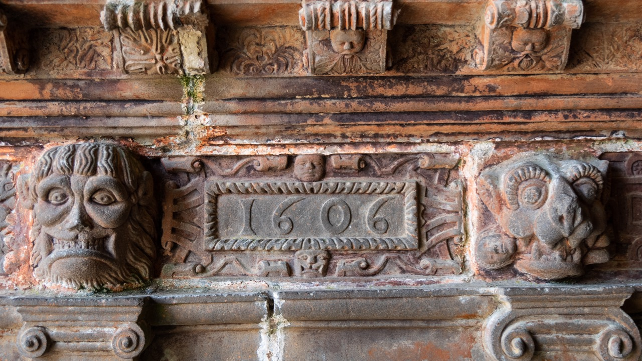 Südvorhalle, Türsturz mit Jahreszahl 1606