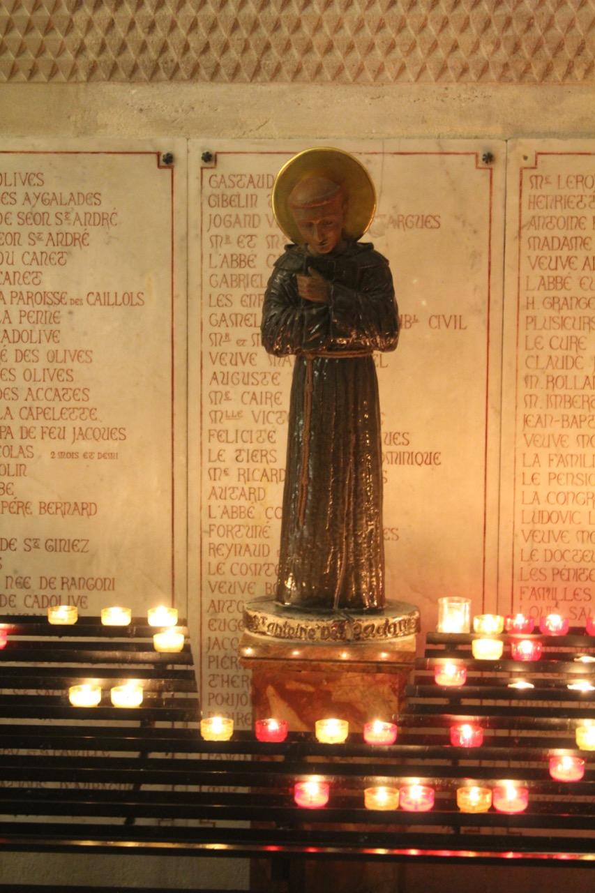 Antoniusstatue mit Votivkerzen