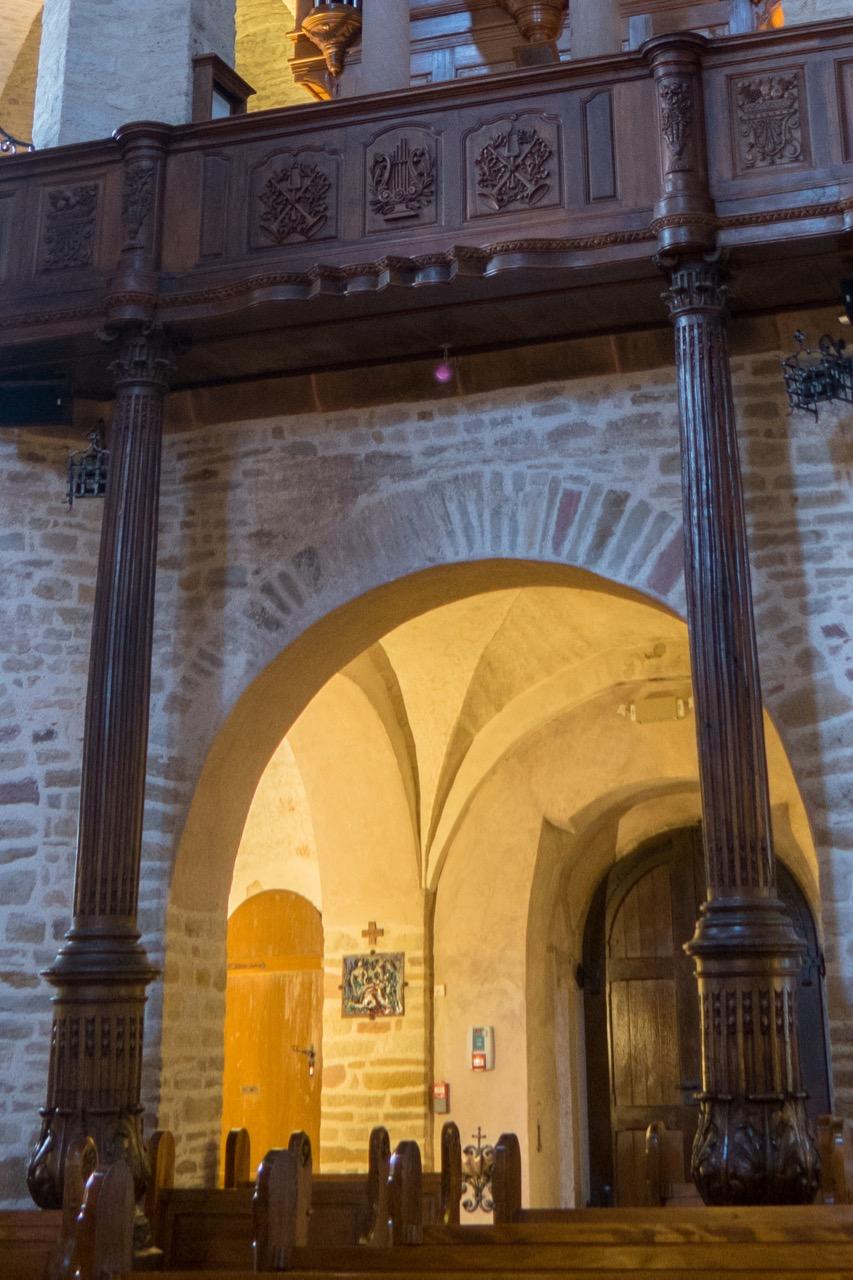 Kannelierte Säulen unter der Orgelempore