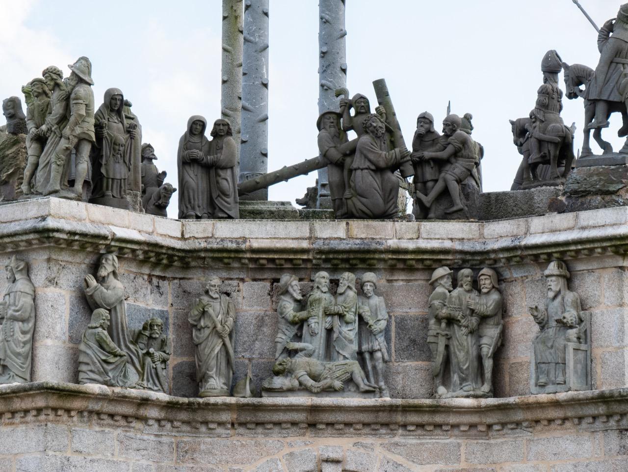 Calvaire, Detail der Nordseite (Jesus fällt unter dem Kreuz, Jesus in Gethsemane; Bastien und Henry Prigent, 1555)