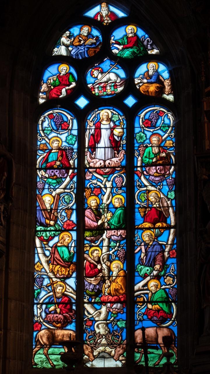 """Buntglasfenster """"Ich bin der Weinstock, ihr seid die Reben"""" (Werkstatt Carmel du Mans, 1879)"""