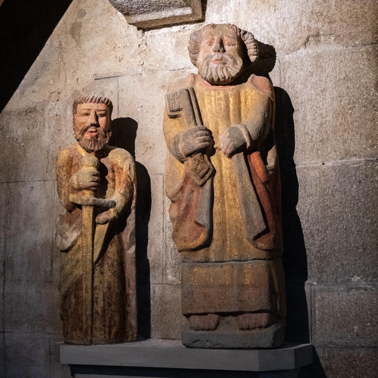 Polychrome Steinskulpturen des hl. Petrus und des hl. Corentin