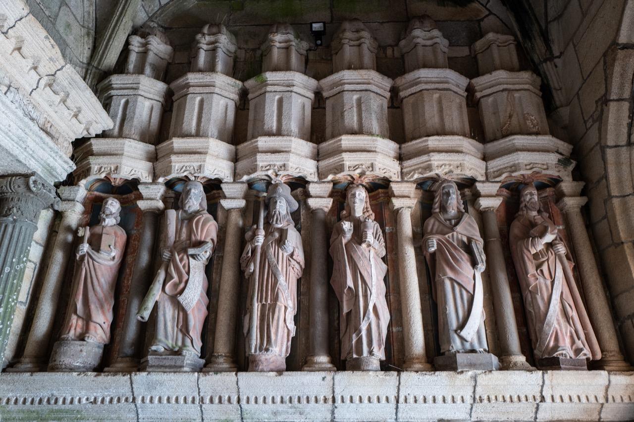 Vorhalle, Apostelfiguren der Ostseite (v.l.n.r.: Petrus, Andreas, Jakobus d. Ä., Johannes, Matthäus, Jakobus d. J.)