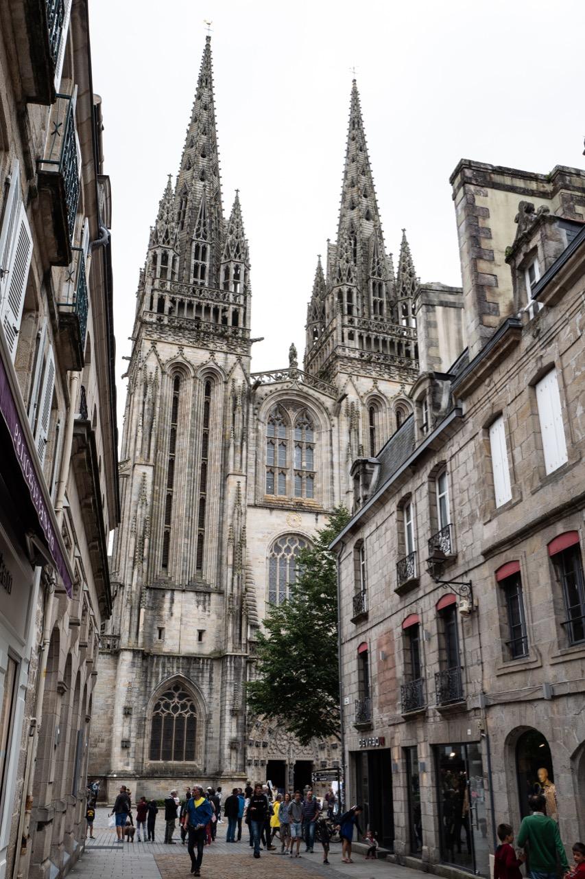 Ansicht der Doppelturmfassade von Westen aus der Rue Kéréon