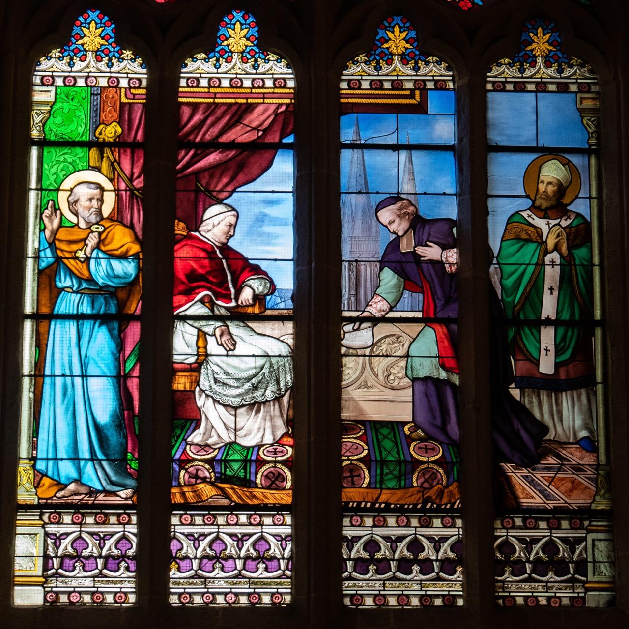 Buntglasfenster mit Abbildung von Mgr. Conan Saint Luc, der gegen die Zivilverfassung des Klerus protestiert (Hirsch, 1869)