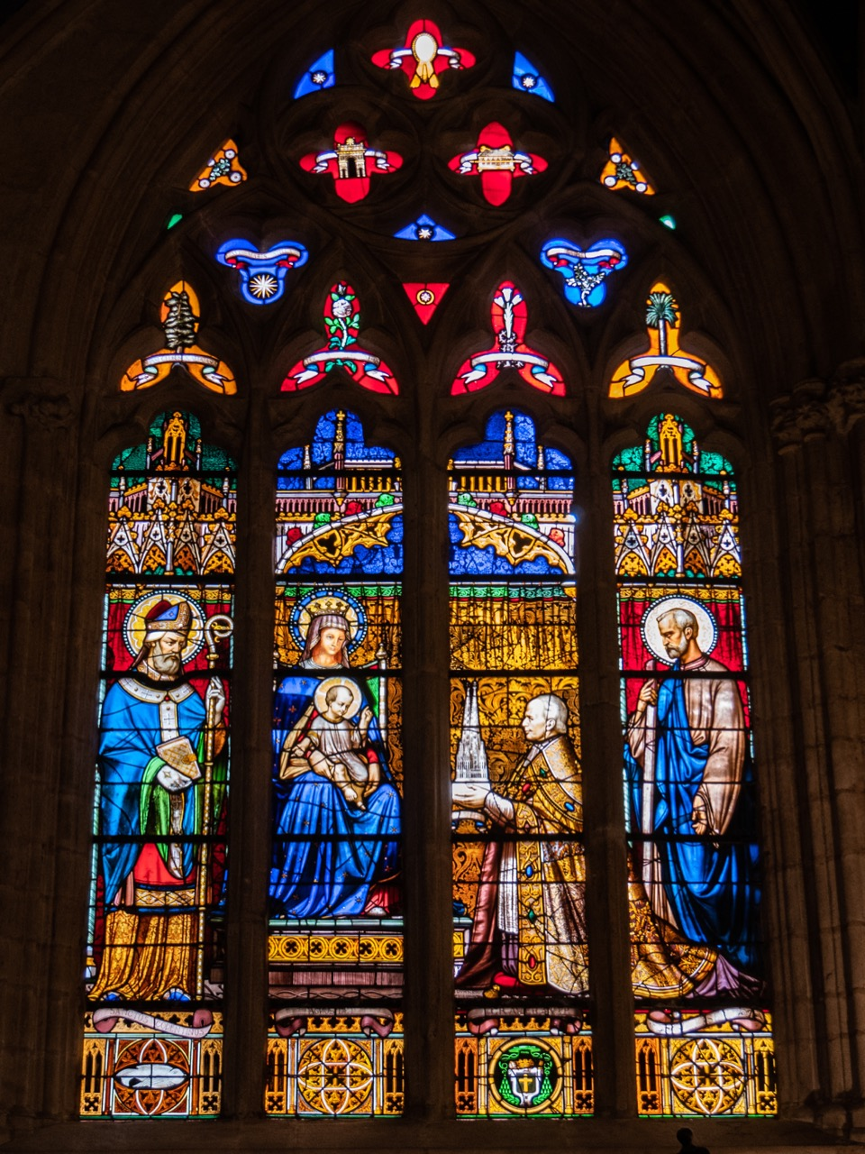 Petruskapelle, Buntglasfenster für Mgr. Graveran, den Erbauer der Turmhelme (Lobin de Tours, 1856)