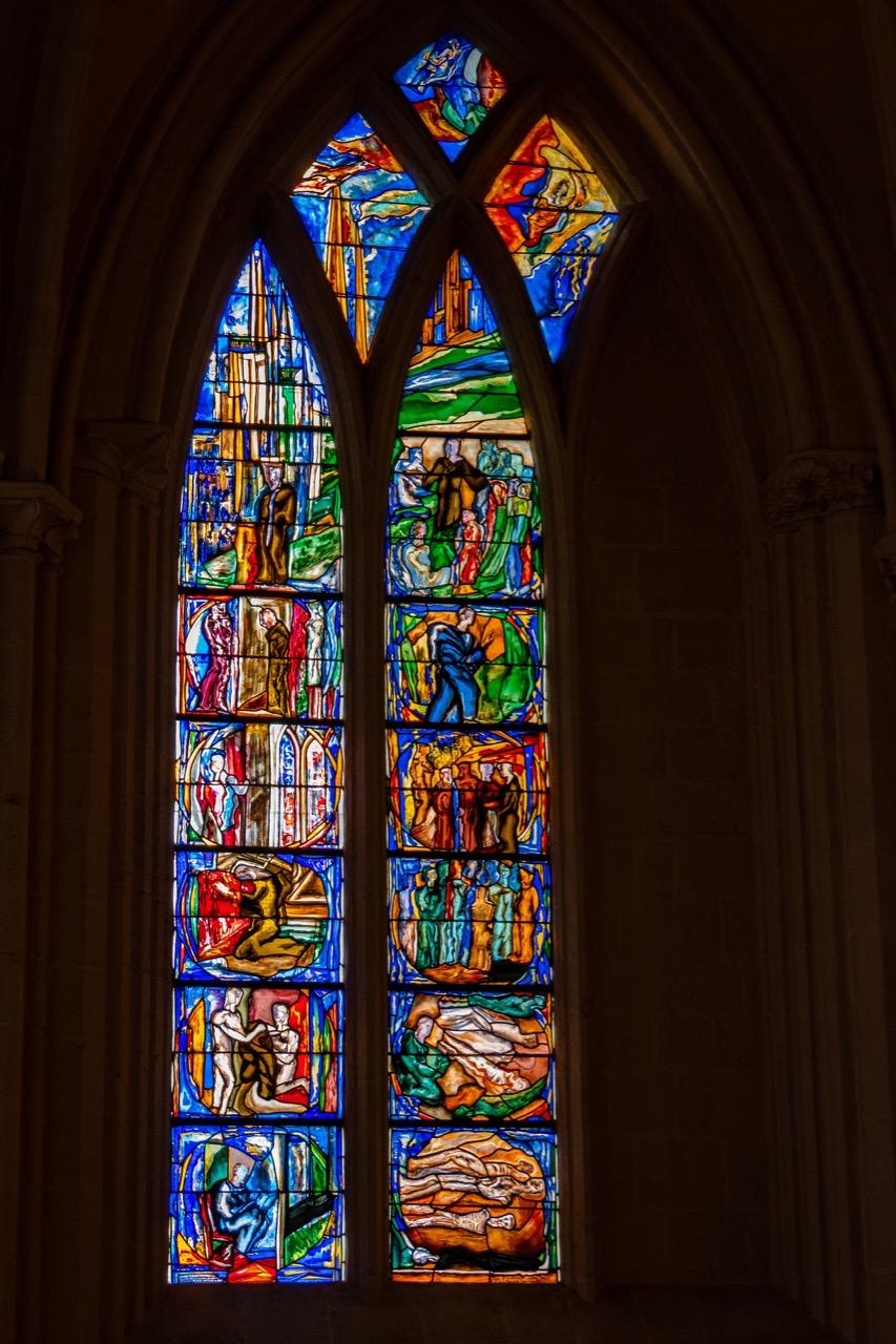 """Engelskapelle, Buntglasfenster zur Erinnerung an den Franziskaner Jean Discalceat, genannt """"Santig Du"""" (Anna Stein, 1993)"""