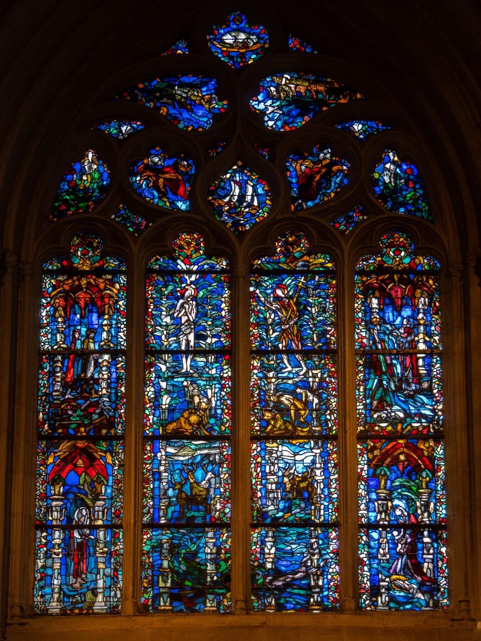 Taufkapelle, Buntglasfenster mit verschiedenen Wasser-Themen (Jean-Jacques Grüber, 1980)