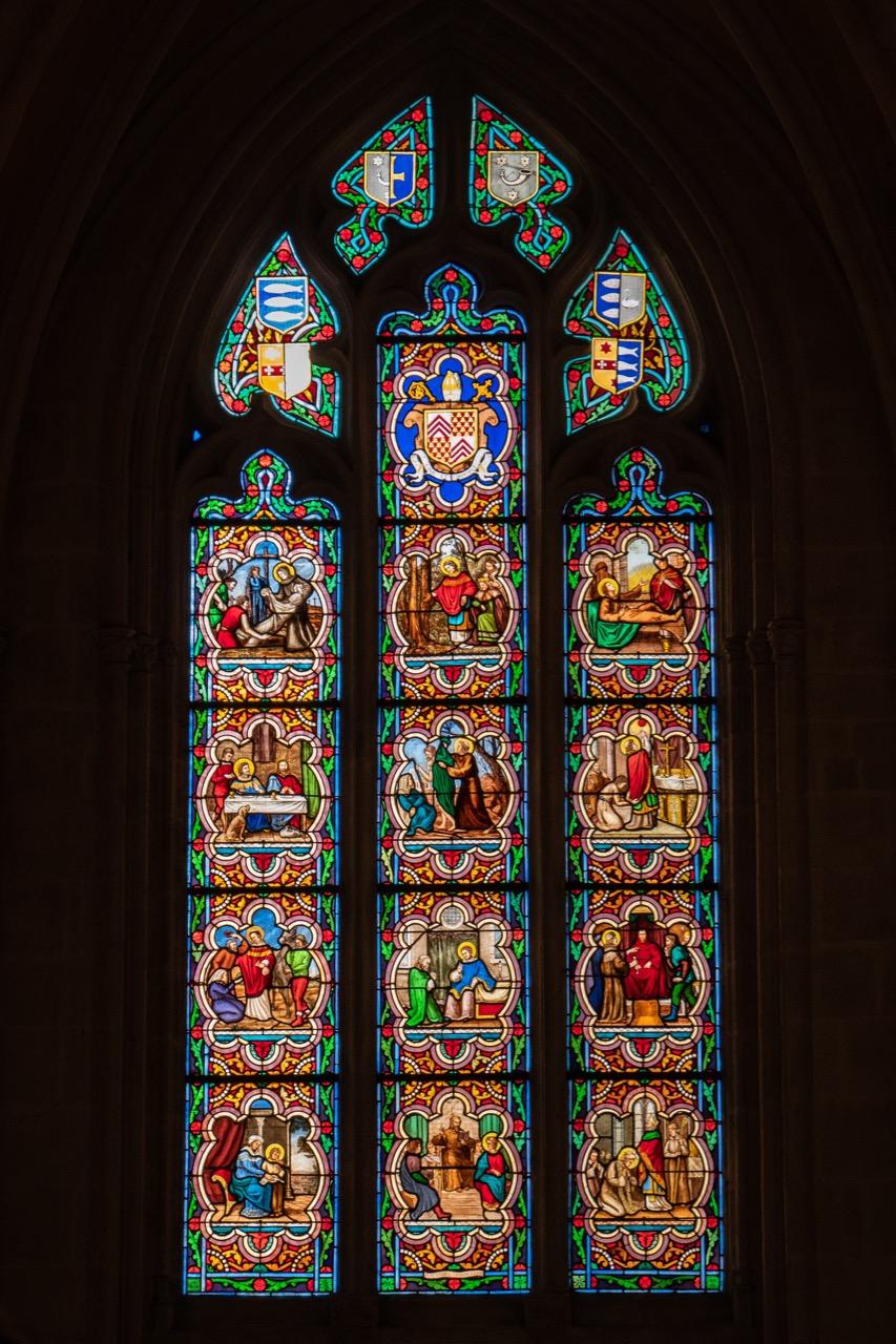 Nördliches Seitenschiff, Buntglasfenster mit Szenen aus dem Leben des hl. Yves