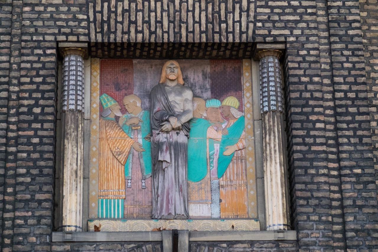 Relief über dem Portal