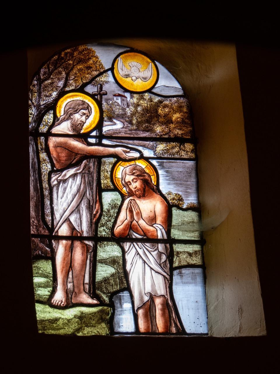 Buntglasfenster mit Darstellung der Taufe Christi