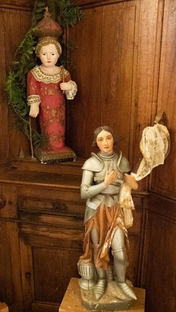 Jesusfigur und Figur der hl. Jeanne d'Arc