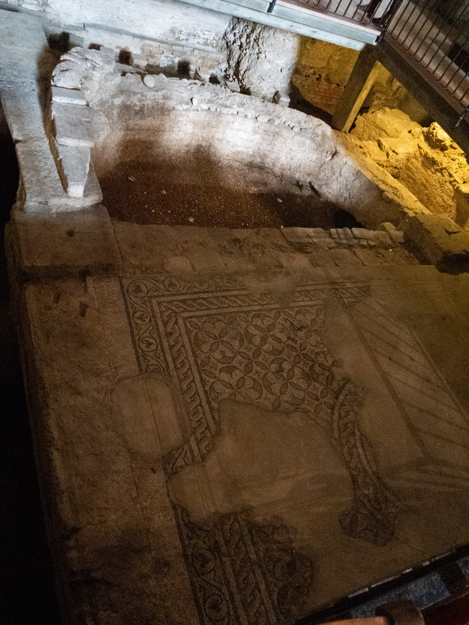 Mosaik einer frühchristlichen Kirche in der romanischen Vorhalle