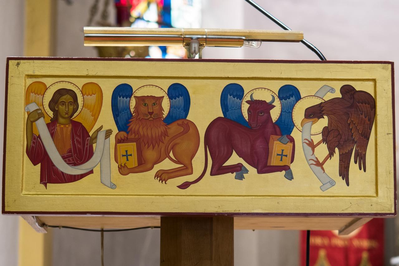 Lesepult mit Evangelistensymbolen auf der linken (Evangelien-)seite
