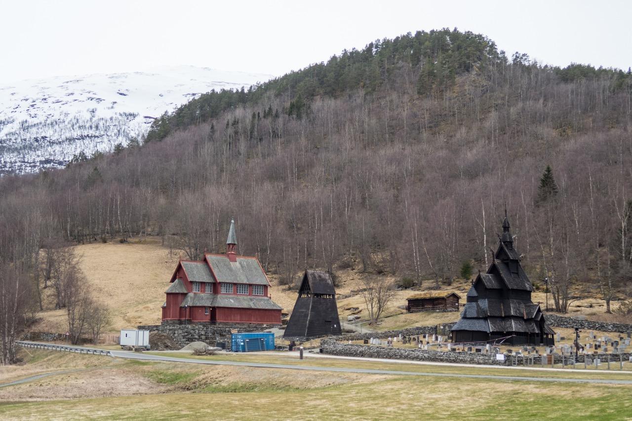 Borgund kyrkje, Gesamtansicht von Nordosten (mit Stabkirche Borgund rechts)