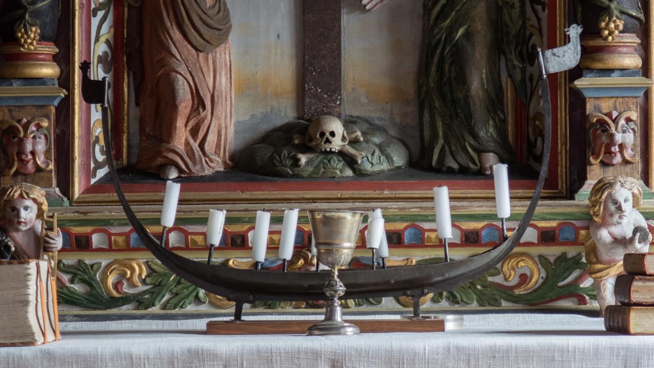 Mittelalterlicher Leuchter in Form eines Wikingerschiffs