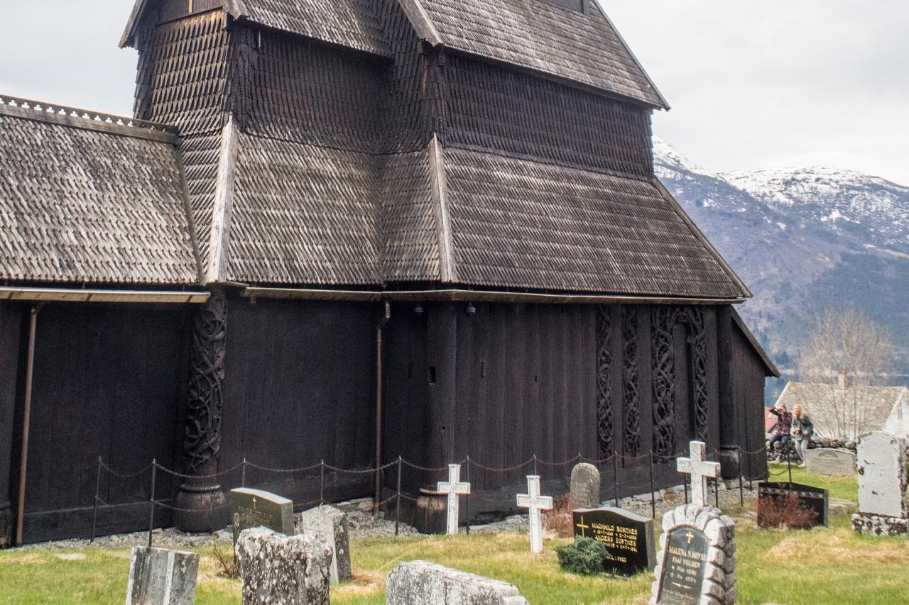Nordwand mit den verzierten Elementen der Vorgängerkirche im Urnesstil