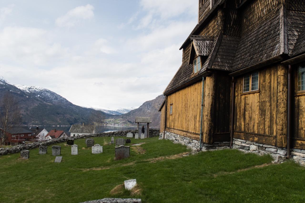Blick an der Kirche vorbei auf den Ort Solvorn auf der anderen Seite des Fjordarms