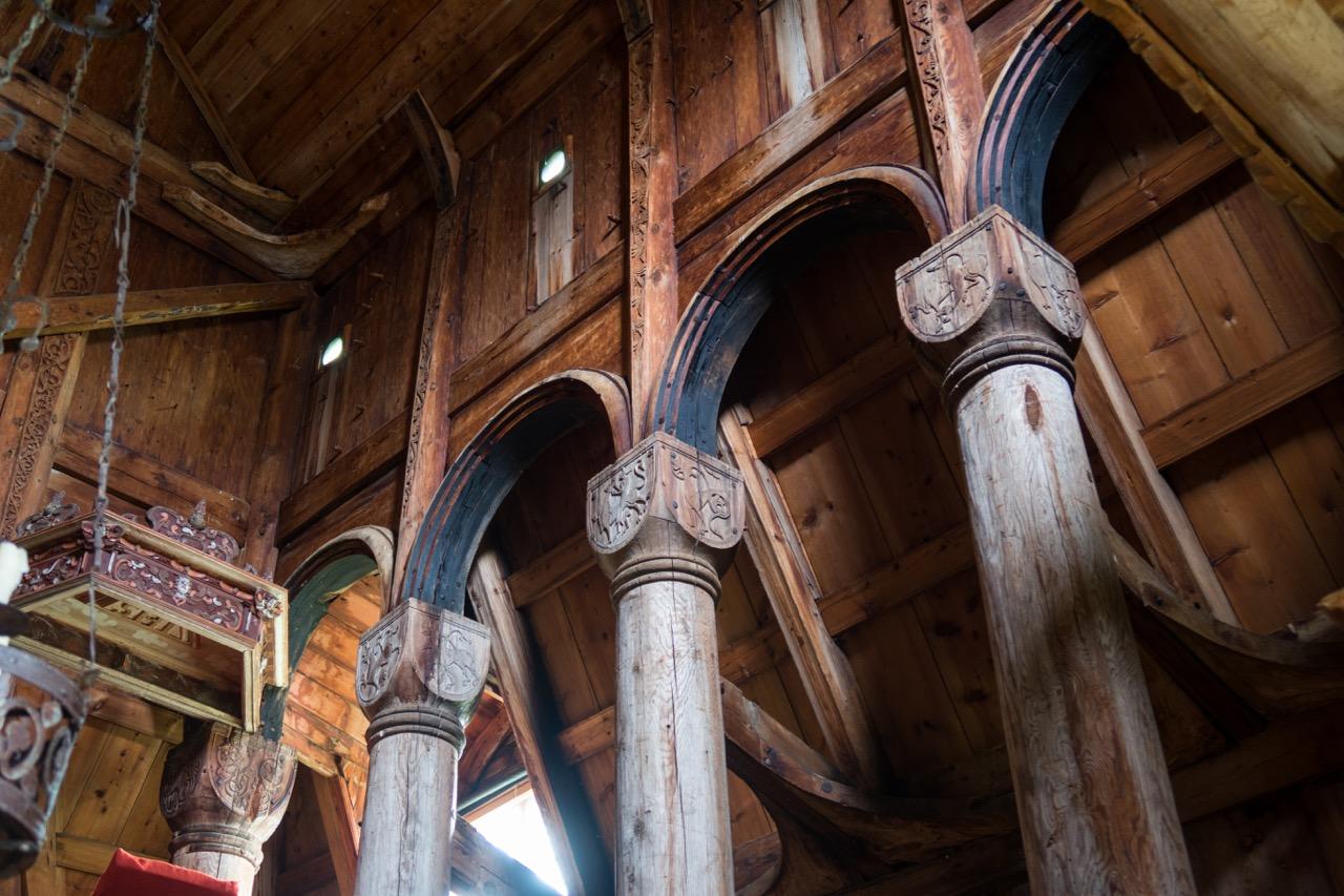 Namensgebende Stäbe/Masten mit von romanischen Steinbauten inspirierten Kapitellen