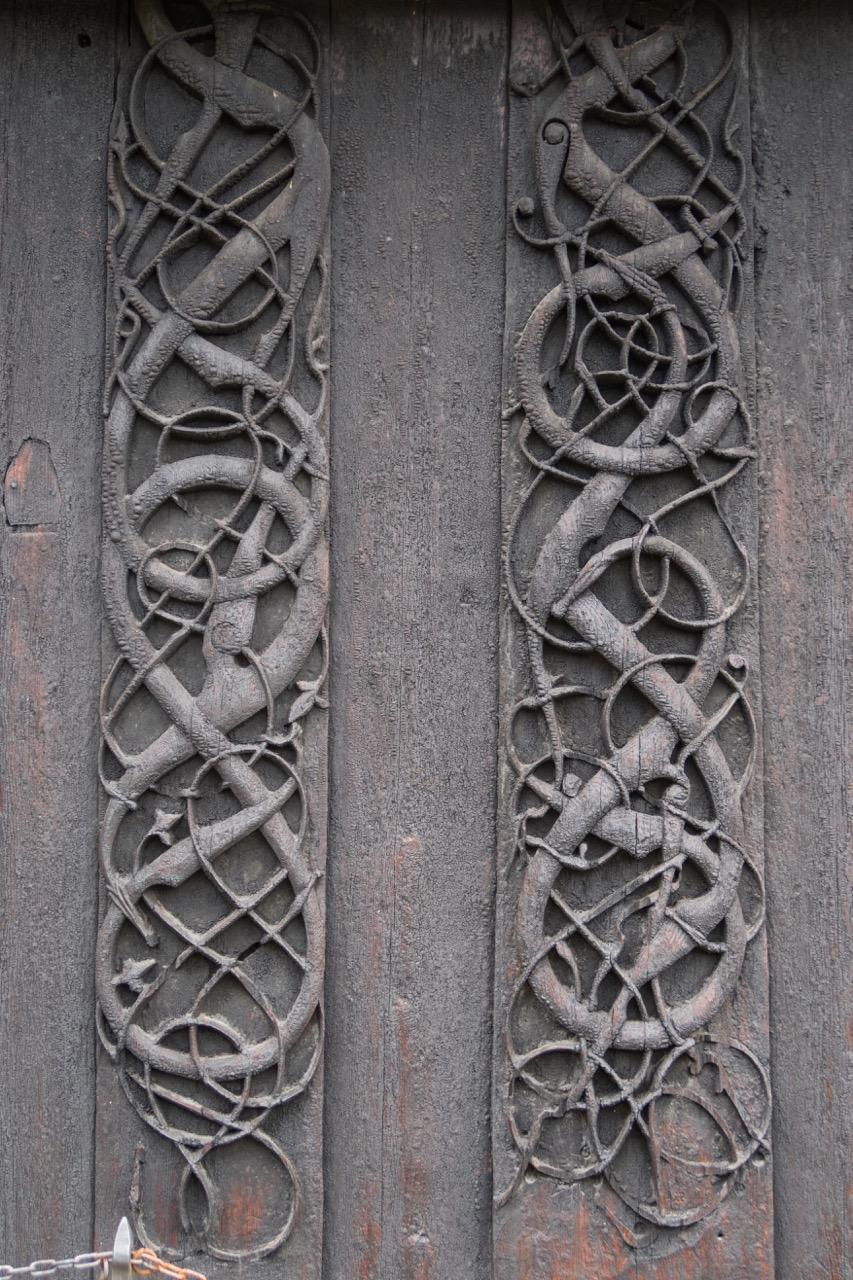 """Planken der Vorgängerkirche an der Nordwand im """"Urnes-Stil"""""""