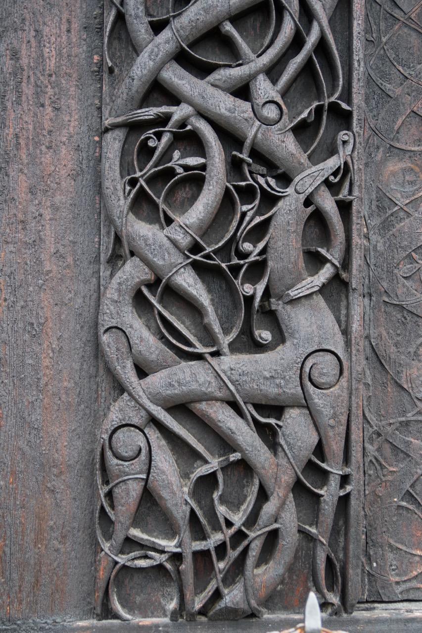 """Portal der Vorgängerkirche an der Nordwand, Detail """"Urnes-Tier"""""""