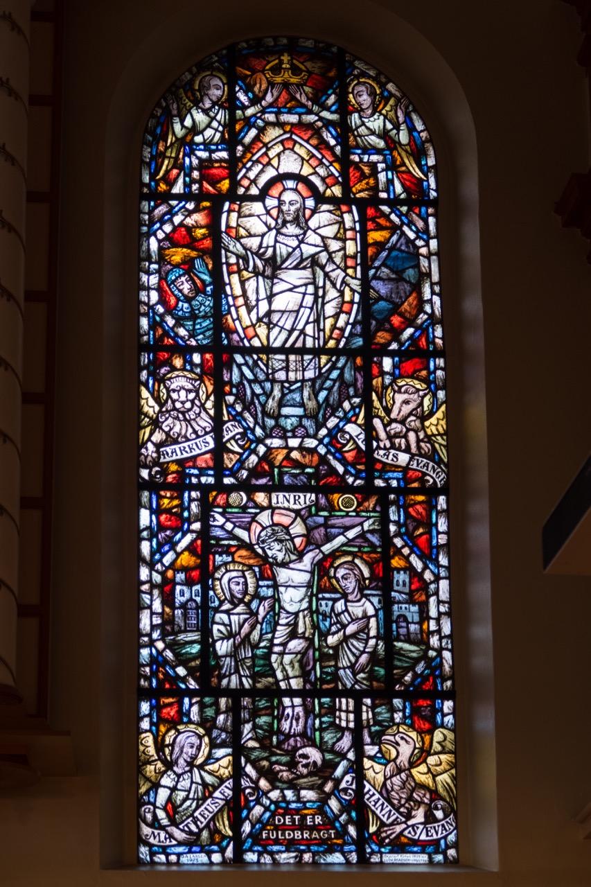 """Altarwandfenster """"Kreuzigung"""" (G. A. Larsen, 1923)"""
