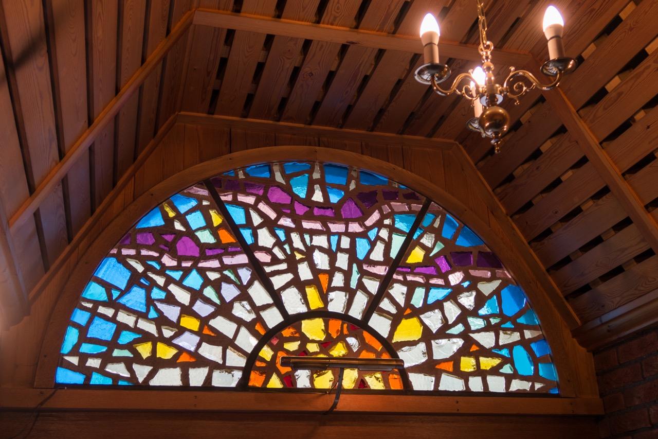 Fenster über dem Eingangsportal