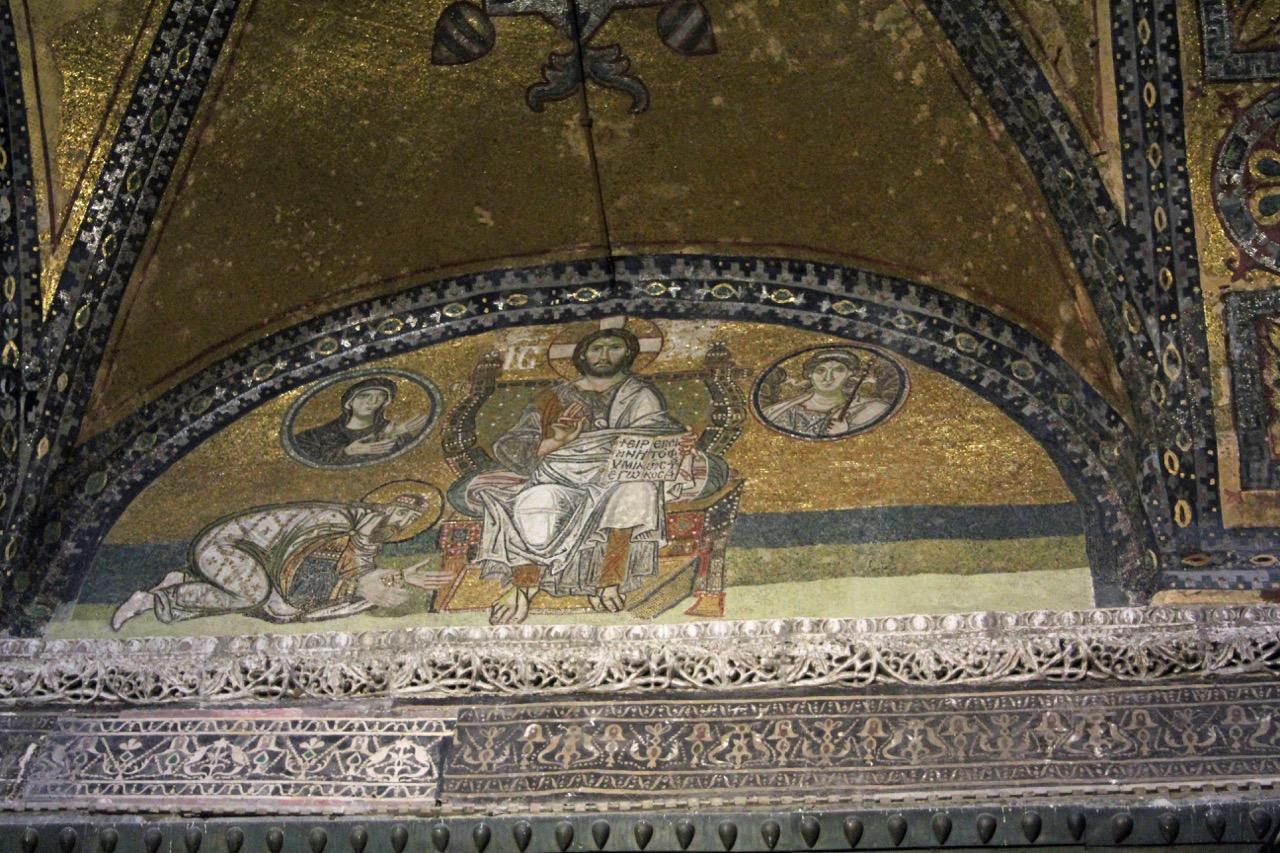 "Mosaik des Christus <a href=""https://www.visit-a-church.info/glossary#Pantokrator"" target=""_blank"">Pantokrator</a>, kniend vermutlich Leon VI. (886-912)"