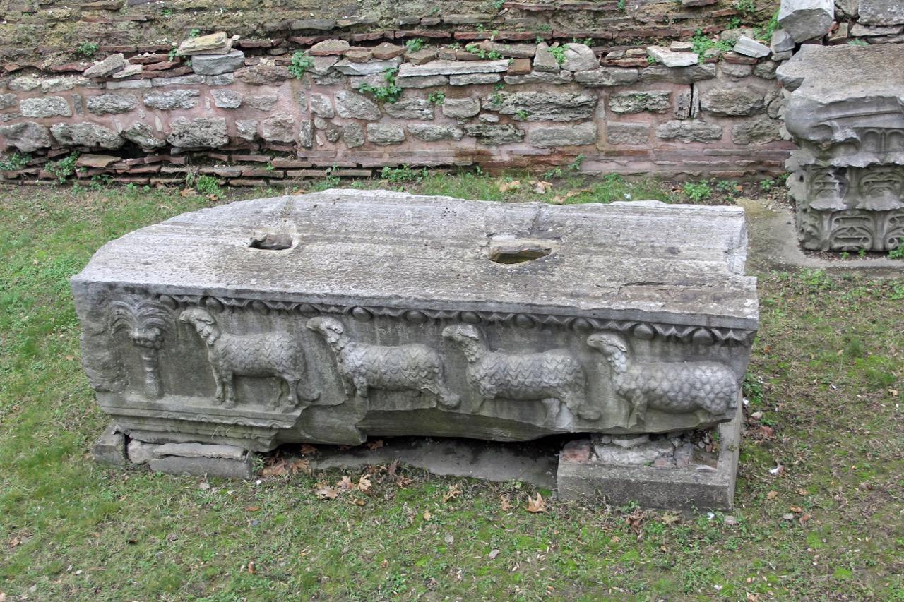 Marmorfries aus der zweiten Kirche