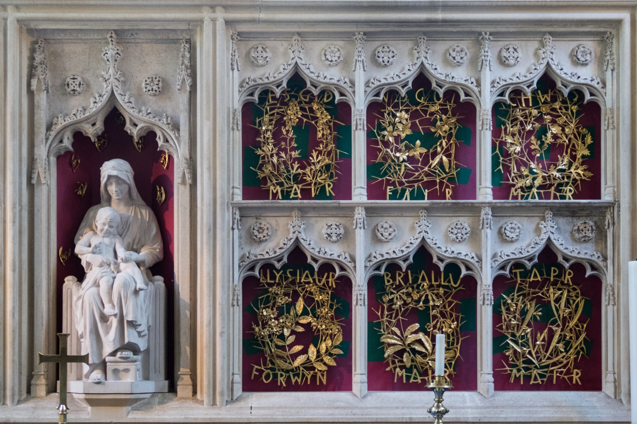 Altar in the Lady Chapel (retable 14th cent., flowers named after St Mary, of gilded bronze, Frank Roper, 1964)