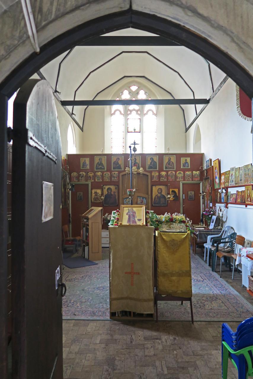 Blick durch die Eingangstür in die Kapelle