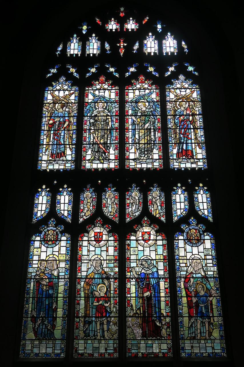 Seitenfenster mit Darstellung von Engeln und Heiligen