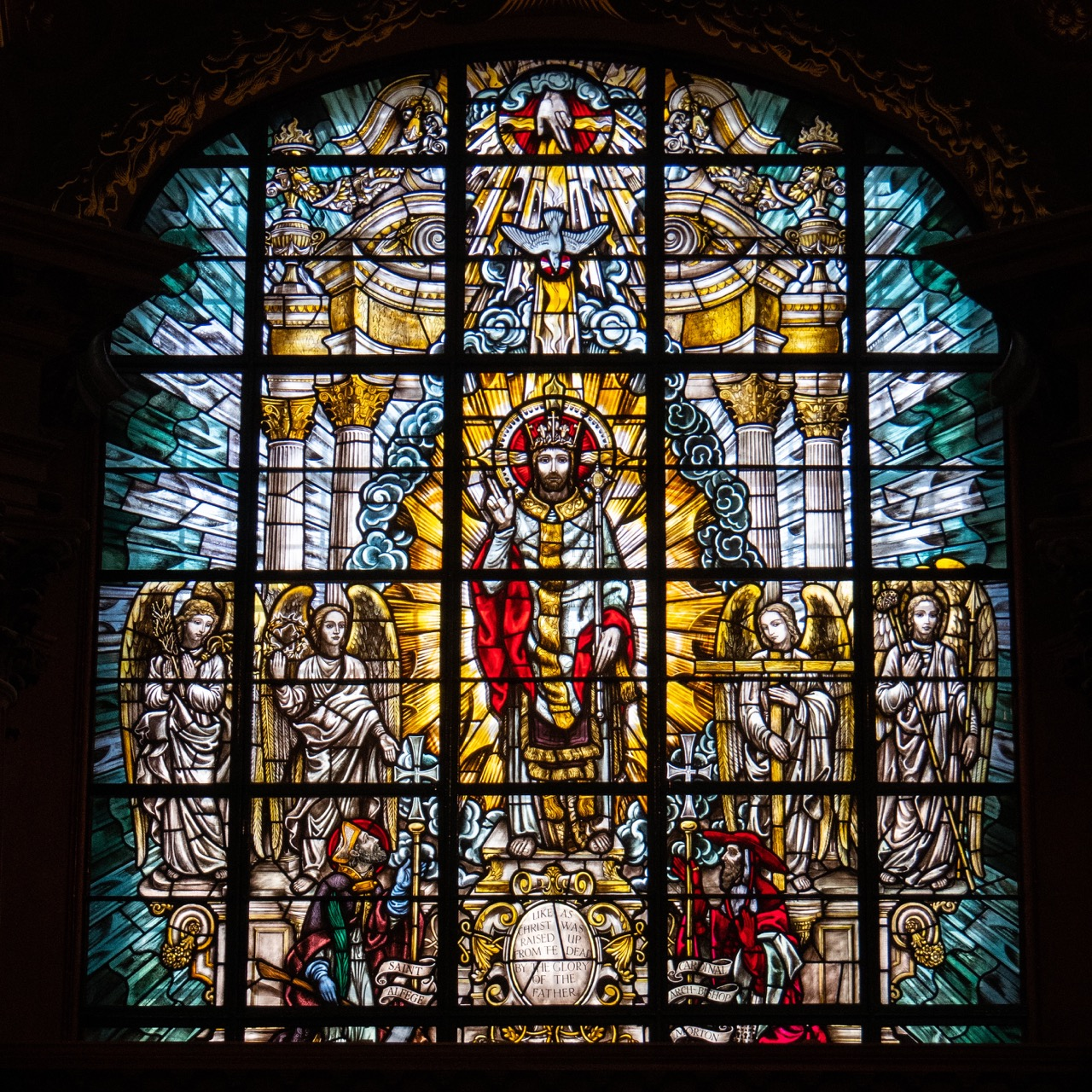 Buntglasfenster mit Darstellung des auferstandenen Christus (1953)