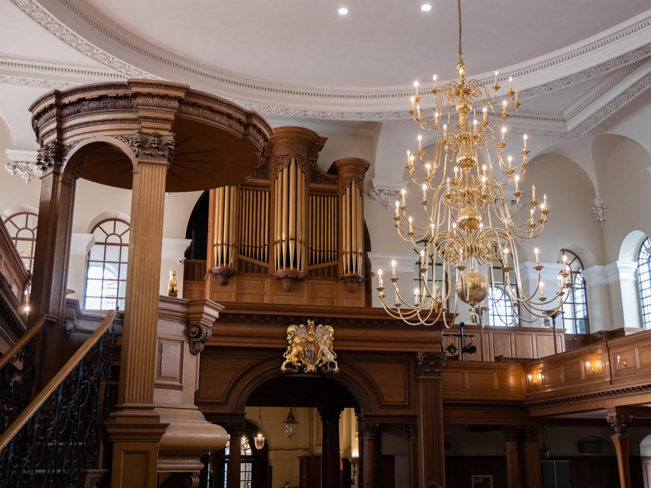 Innenansicht zur Orgelempore vom Altarraum aus