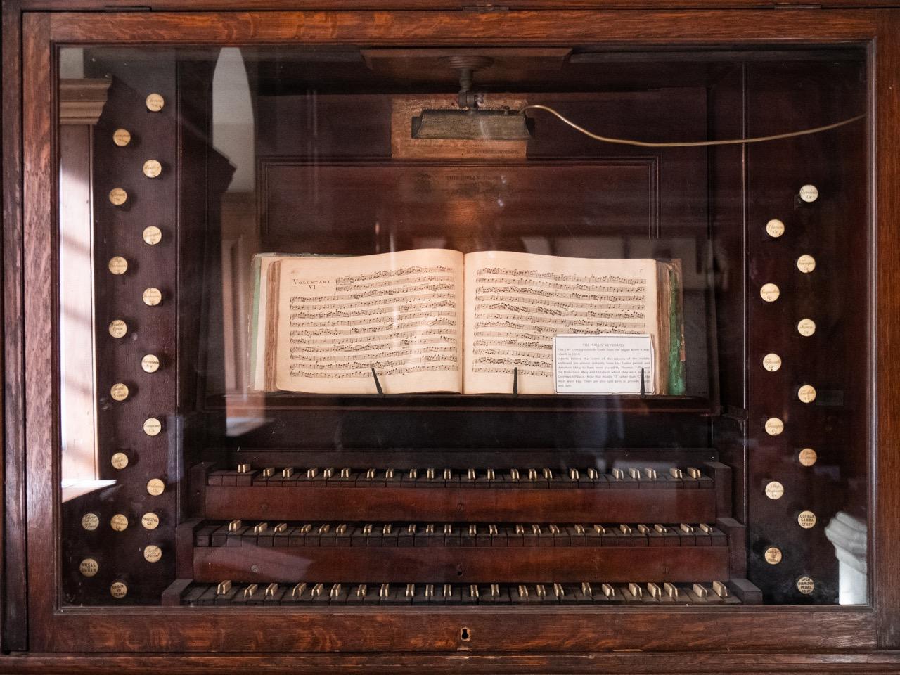 Alter Orgelspieltisch (vermutlich bereits von Thomas Tallis bespielt)