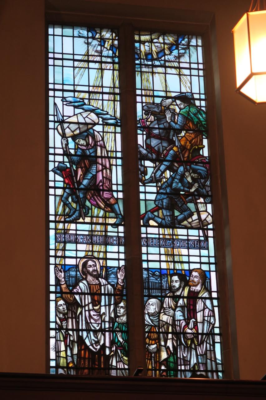 Glasfenster an der Längsseite (Carl Edwards)