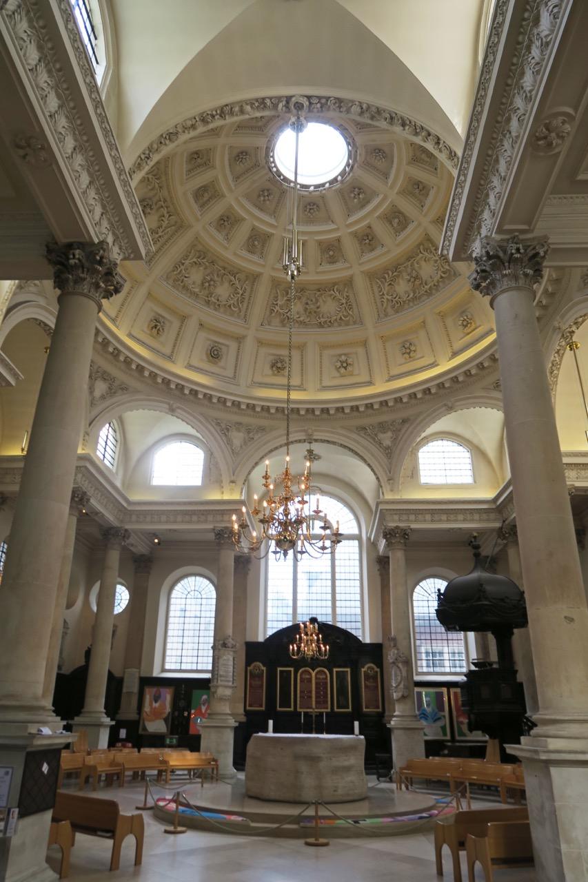 Innenansicht zur Ostseite mit altem und neuem Altar