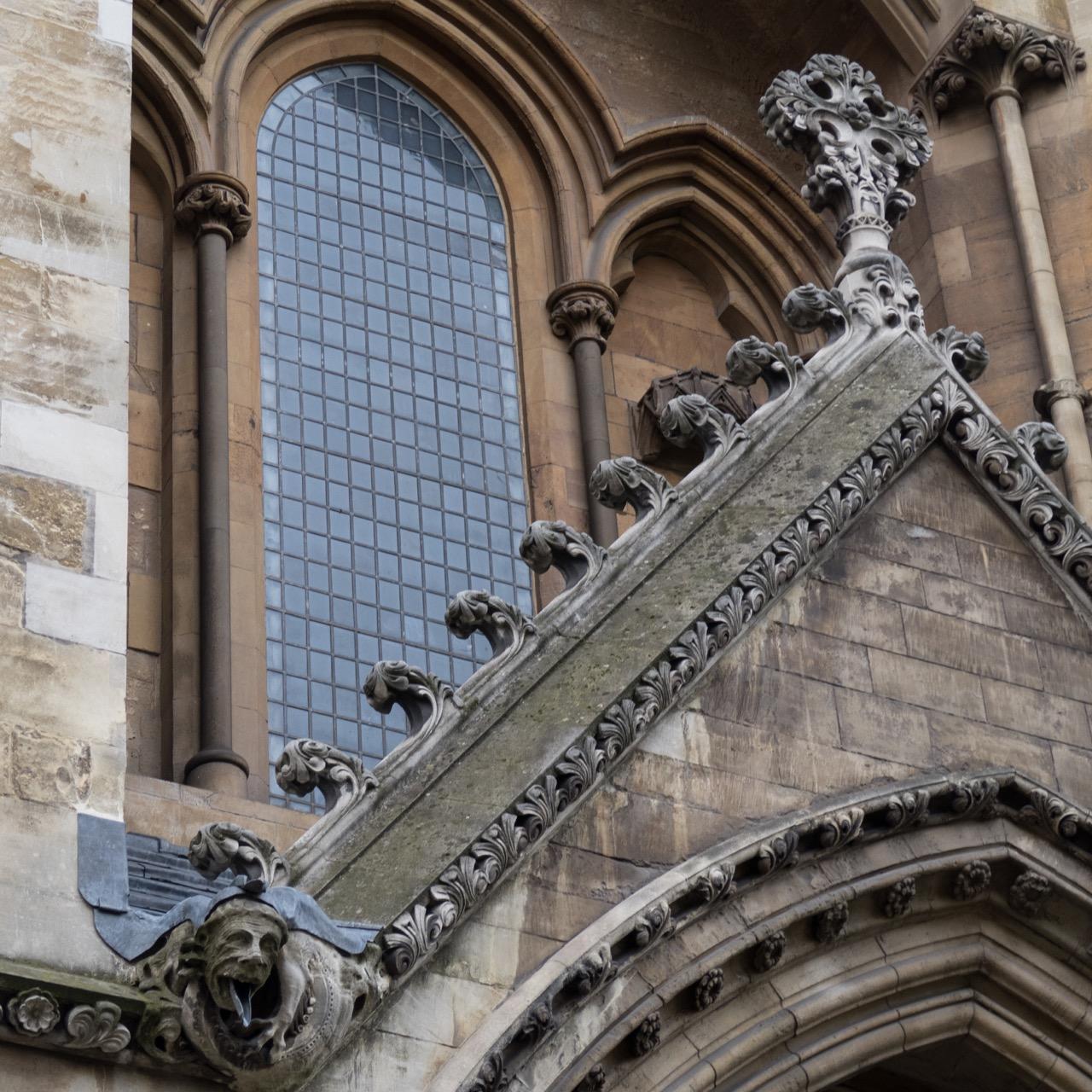 Kriechblumen an der Fassade