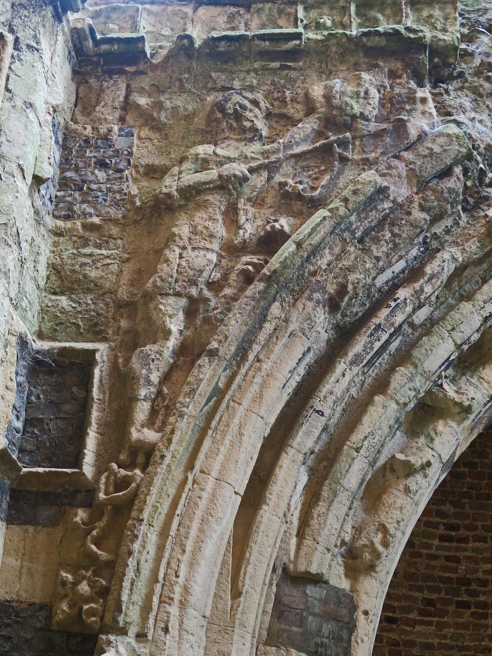 Relief eines Ritters am Torbogen (vermutlich der hl. Georg, der seine Lanze auf den Drachen auf der rechten Seite des Torbogens anlegt)