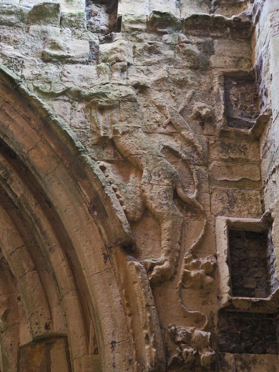 Relief eines Drachen am Torbogen