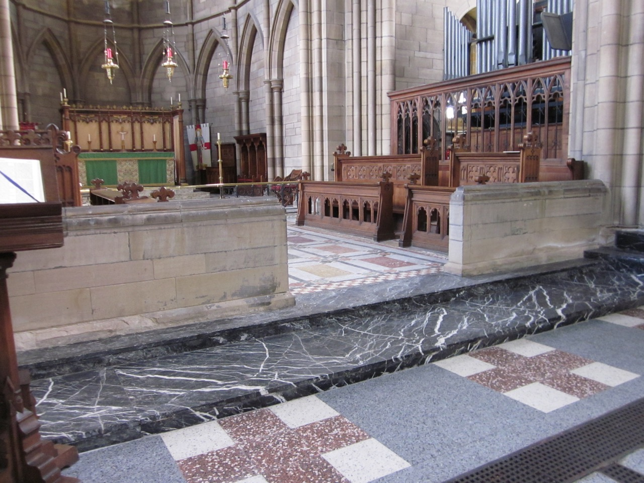 Chorschranke und Altarraum