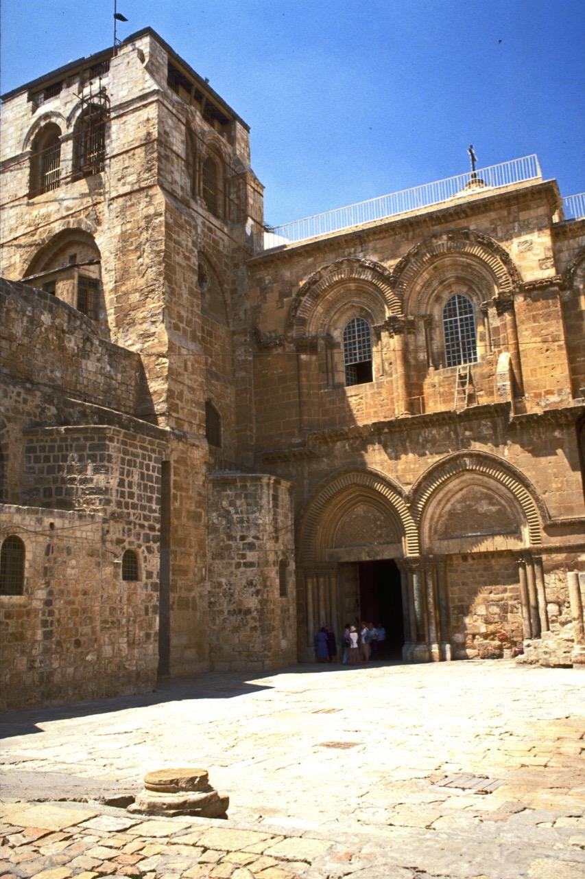 Eingangsfassade der Grabeskirche im Süden